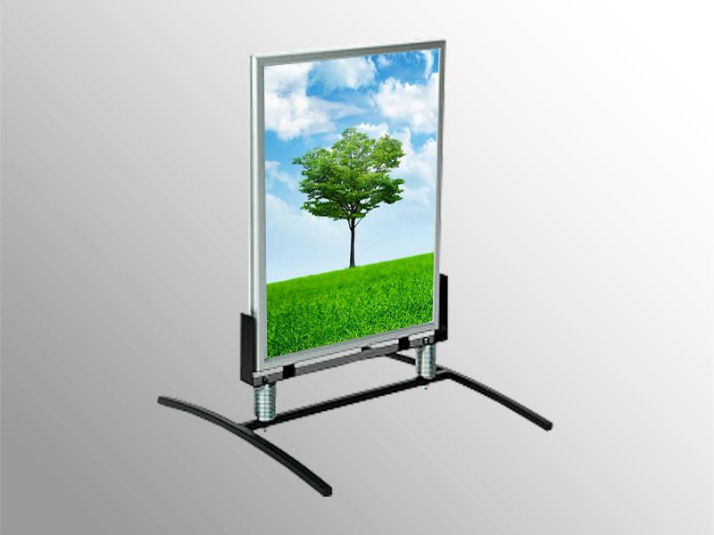 Veľmi stabilný, vetru odolný podlahový stojan do interiéru aj exteriéru. Obojstranný rám na pružinách. Farebné prevedenie: prírodný elox. Výška hornej hrany pri stojane A1 – 109 cm. Výška hornej hrany pri stojane 70 x 100 cm – 126 cm. Váha v prevedení A1 – 13 kg. Váha v prevedení 70 x 100 cm – 15 kg. Prevedenie: • pre formát plagátu: 50 x 70 cm • pre formát plagátu: 70x100 cm • pre formát plagátu: A2 • pre formát plagátu: A1 • pre formát plagátu: A0