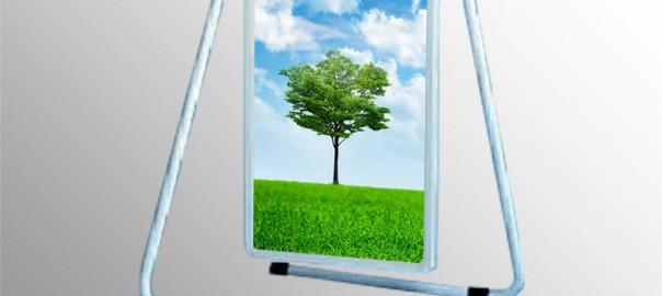 Ľahký skladateľný reklamný stojan s poistkou. štandardne dodávaný biely. vyrábaný s obojstranným reklamným panelom s výklopnými lištami pre rýchlu výmenu reklamného motívu. Použitie v interiéri aj exteréri, predovšetkým tam kde je potrebná ochrana pred slnećným žiarením. Prevedenie: s rekl. plochou: 50 x 75 cm