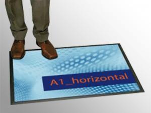• Podlahové a pultové plagátové systémy umožňujú doplniť reklamné riešenia v instore komunikácií a zvýšiť predaj v mieste predaja, kde je možné komunikovať vaše reklamné oznámenie priamo na platobnom pulte alebo podlahe obchodu. • Unikátny extra tenký plagátový displej určený na podlahy prevádzok. Určený pre silný reklamný zásah v mieste predaja. Veľmi odolný proti opotrebeniu a samovoľnému pohybu. • Prevedenie: • • Kapacita: 4 x A4 • Vnútorný rozmer: 297 x 841 mm • Vonkajší rozmer: 335 x 889 mm