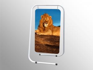 Veľmi jednoduchý a pritom praktický obojstranný a-pilón. Vyrábaný s plastovou reklamnou tabuľou určenou na fóliový polep alebo s čiernou tabuľovou fóliou pre popis kriedou. Prevedenie: • s rekl. plastovou plochou: 50 x 80 cm • s tabuľovou fóliou: 50 x 85 cm