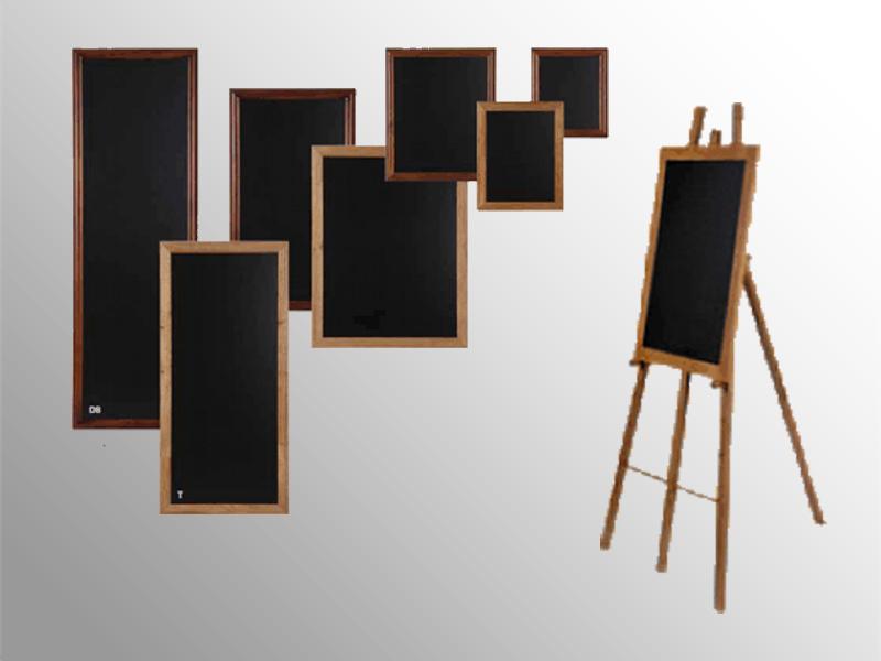 Tabuľa s rámom z dubového dreva vo farbe prírodného teaku či tmavohnedom prevedení. Možnosť dodať aj s oporným stojanom.